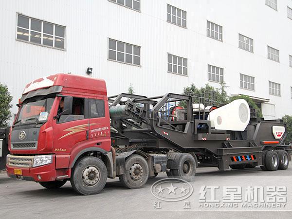 准备发货的车载移动式建筑垃圾破碎机