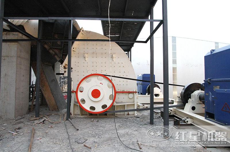 废玻璃重锤式破碎机作业现场