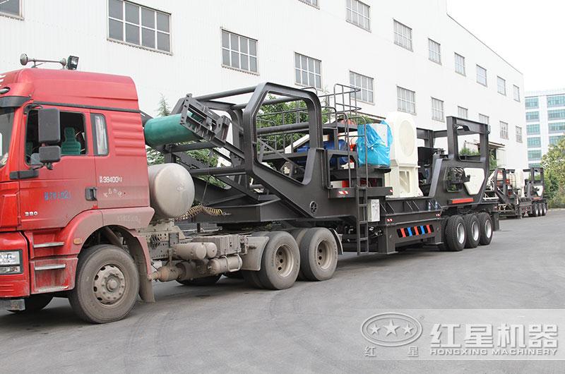 时产200吨移动式破碎机发货出厂,运往作业现场