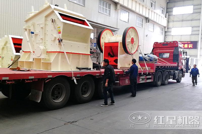 河南百老汇官网石子加工机器装车,准备发货