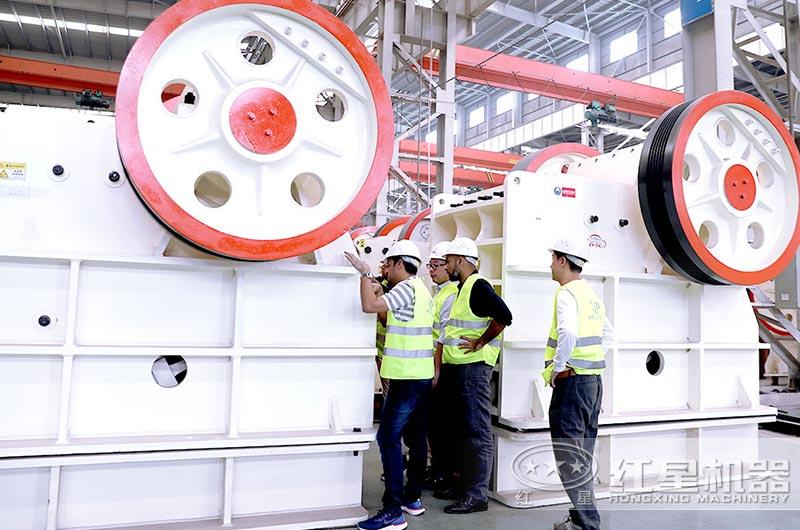 红星客户到厂参观考察大型颚式破碎机